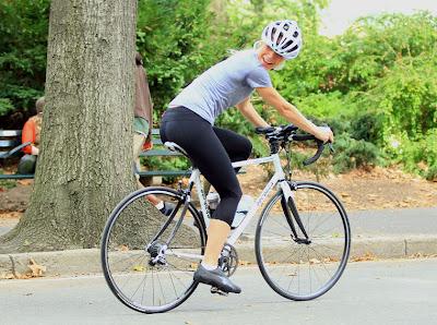 1011-gwyneth-paltrow-bike-paparazzi-09
