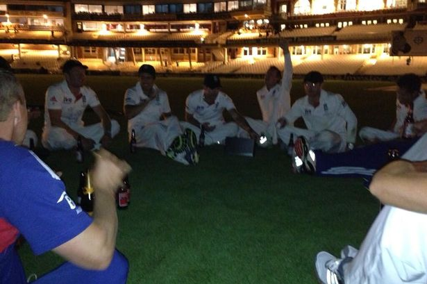 England-Ashes-drinking-on-Oval-pitch-2224183