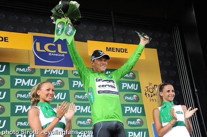 2010_tour_de_france_stage12_thor_hushovd_cervelo_green_podium_girls1a