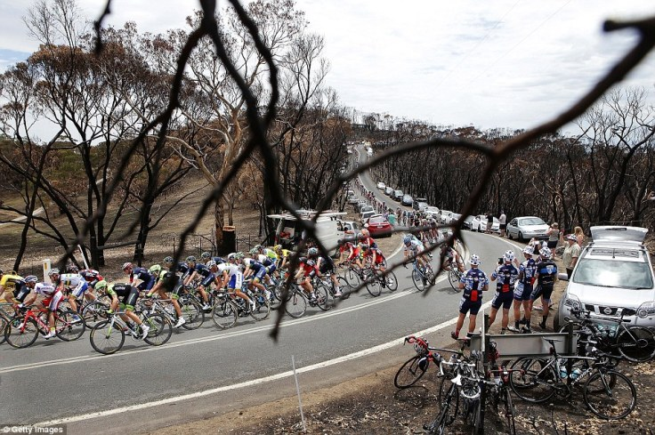 24DC077300000578-2919048-Competitors_ride_through_burnt_bushland_destroyed_in_a_recent_bu-a-12_1421796441684