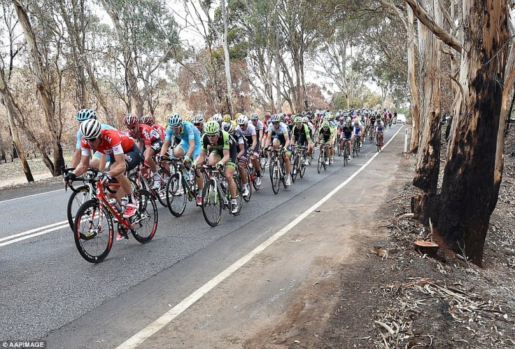 24E2353500000578-2919048-The_peleton_breezes_through_another_section_of_the_Adelaide_Hill-a-15_1421796441701