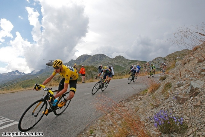 Team Sky rider Chris Froome of Britain (L), the race overall leader's yellow jersey, speeds downhill in the Glandon pass during  the 138-km (85.74 miles) 19th stage of the 102nd Tour de France cycling race from Saint-Jean-de-Maurienne to La Toussuire-Les Sybelles in the French Alps mountains, France, July 24, 2015.   REUTERS/Eric Gaillard TPX IMAGES OF THE DAY - RTX1LOMN