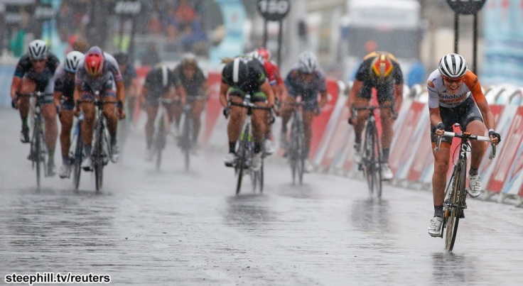 Rabo Liv team rider Anna van der Breggen of the Netherlands (R) sprints to win the La Course By Le Tour De France 2015 Women's Race on the Champs-Elysees avenue in Paris, France, July 26, 2015.     REUTERS/Eric Gaillard - RTX1LUUR