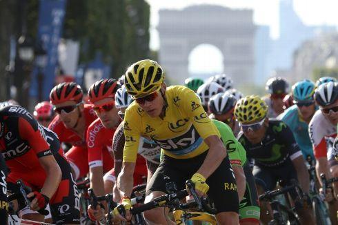 le-maillot-jaune-britannique-chris-froome-a-l-arrivee-de-la-_2767397